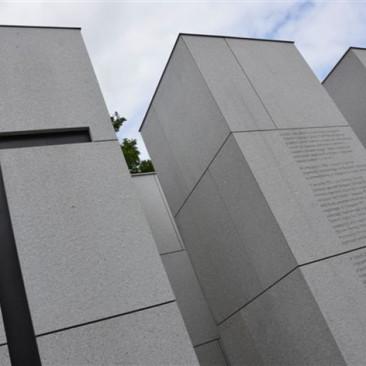 """Panteon – Mauzoleum Ofiar Zbrodni Komunistycznych zlokalizowanego nakwaterze """"Ł"""" Cmentarza Wojskowego naPowązkach wWarszawie."""